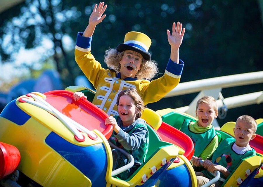 Meneer Kaasschaaf in Jul's Rollerskates in pretpark Julianatoren