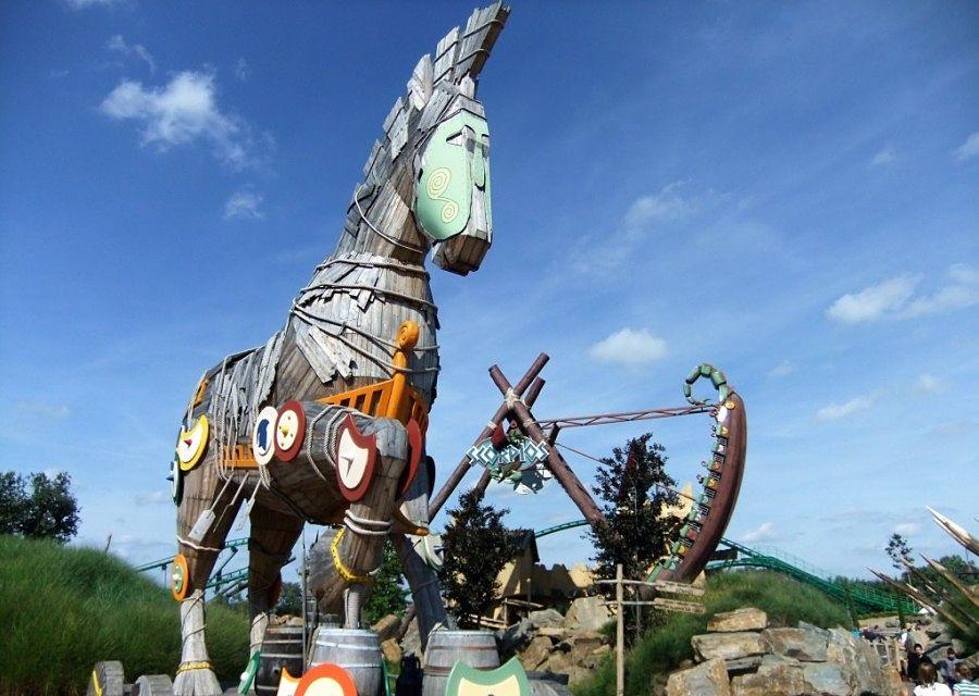 Het paard Troy en schommel Scorpios in Toverland – Foto: © Adri van Esch