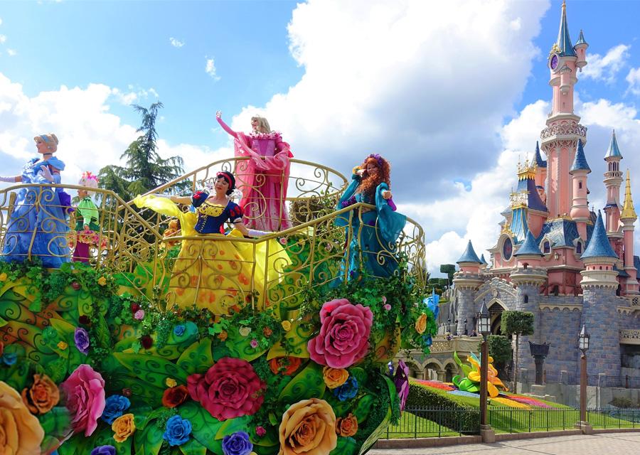 De Disney-prinsessen op hun paradewagen voor het kasteel van Doornroosje – Foto: © Adri van Esch