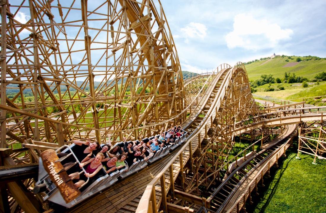 Houten achtbaan Mammut en de Michaelsberg in Erlebnispark Tripsdrill