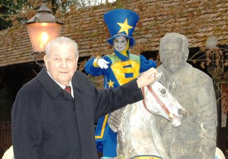 Franz Mack bij zijn standbeeld in Europa-Park