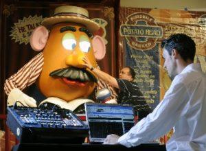 Imagineers werken aan Mr. Potato Head in Disney's Toy Story Mania