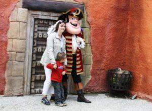 Piet Piraat poseert met gasten in Plopsaland De Panne