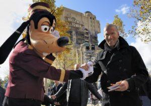 Zidane en Goofy wisselen handtekeningen uit - Foto: Disney