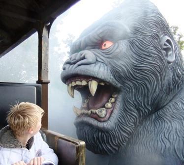 Vanuit de open treinwagon is King Kong van dichtbij te zien - Foto: (c) Parkplanet