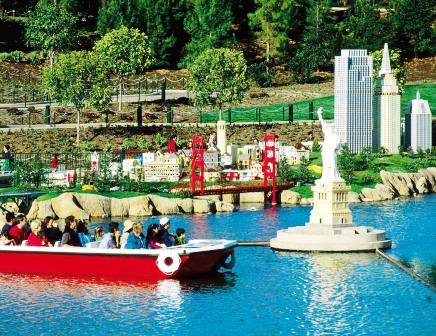 Met een bootje door Miniland in Legoland Californië