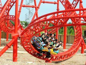 De loopings van achtbaan Huracan - Foto: Belantis / Westend. Public Relations GmbH