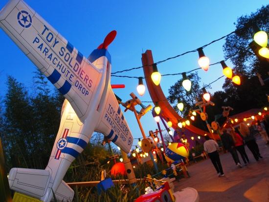 Toy Story Playland bij avond - Foto: Cristophe Mercier / Disney