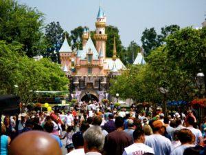 Drukte voor het kasteel in Disneyland Californië - Foto: Ricky Romero