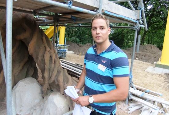 Peter van Holsteijn bij de machtige wortels van de bomen die het dak van het achtbaanstation dragen - Foto: (c) Adri van Esch, Parkplanet