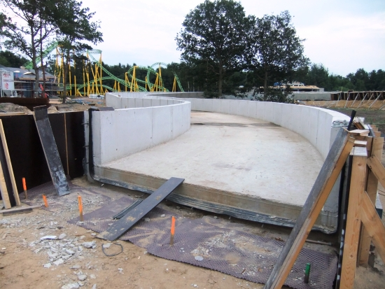 De betonnen baan van de wildwaterrivier