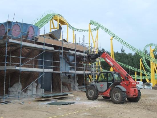 De nieuwe draaiende achtbaan en het station in aanbouw