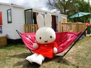 Nijntje in de hangmat voor haar eigen stacaravan in Duinrell