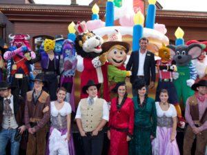 Feest in Bobbejaanland met in het midden mascotte Bobbie en directeur Roland Kleve
