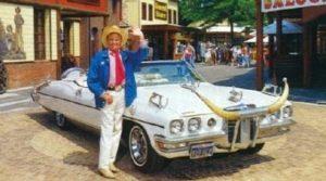 Bobbejaan bij zijn western-limousine