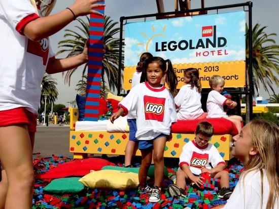 Kinderen spelen met Lego-stenen ter ere van de onthulling van de plannen voor het Legoland-hotel