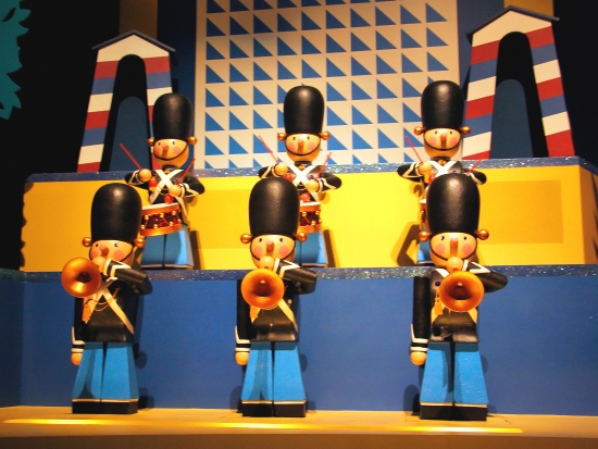Overal in It's a small world is de typische Mary Blair stijl te zien