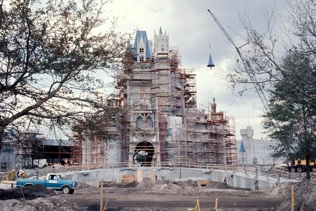De bouw van het kasteel van Cinderella in het Magic Kingdom - Foto: (c) Disney