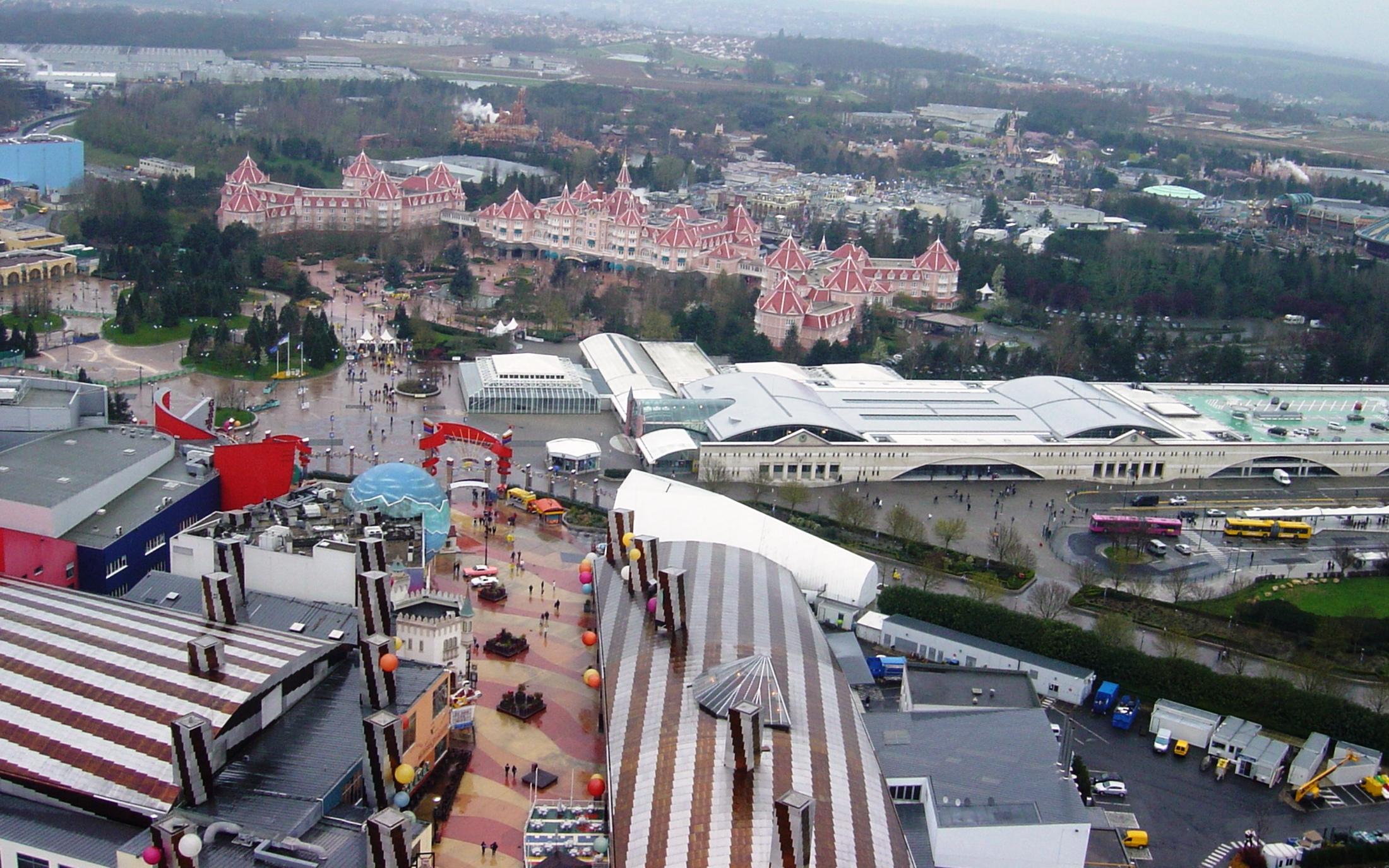 Disneyland Paris vanuit de lucht - Foto: © Adri van Esch