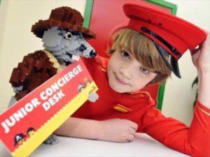 Een junior conciërge in het hotel van Legoland Windsor