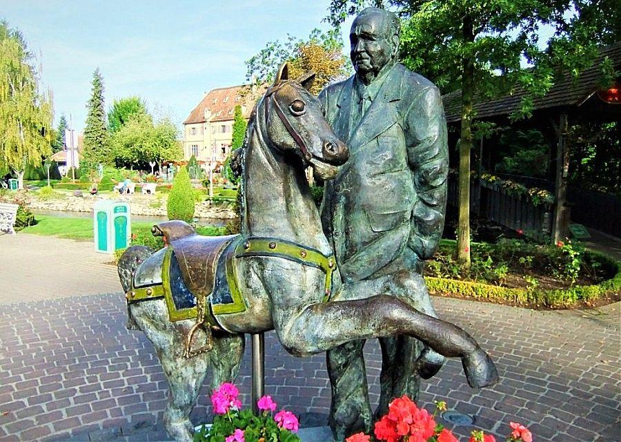 Beeld van Franz Mack, oprichter van Europa-Park, vervaardigd door Wim Steins - Foto: © Adri van Esch
