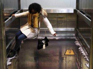 Reclamestunt met een bodemloze lift voor Alton Towers