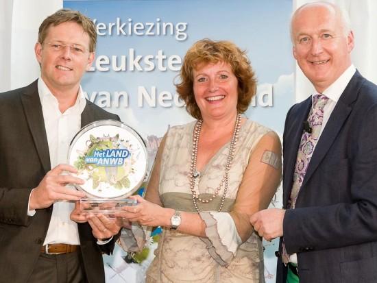 Pieter Cornelis (links) en Caroline Maessen van Toverland nemen de trofee in ontvangst - Foto: Walter Jonker