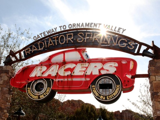De ingang van Radiator Springs Racers in California Adventure - Foto: (c) Disney