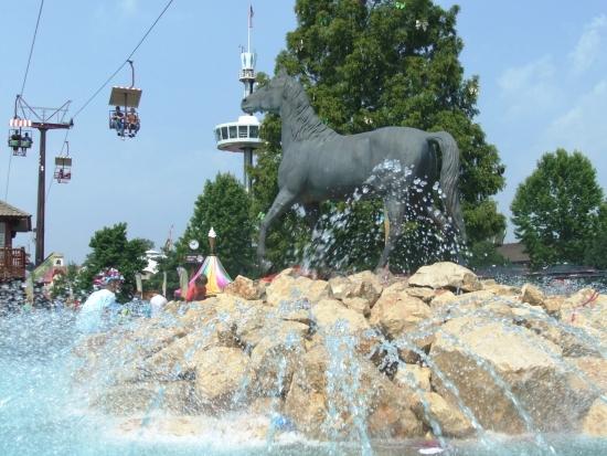 De fontein bij de ingang van Attractiepark Slagharen - Foto: Adri van Esch, Parkplanet