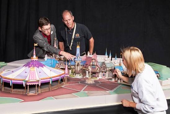 Michel den Dulk (links) toont twee collega's details van Fantasy Faire (Foto: Disney)