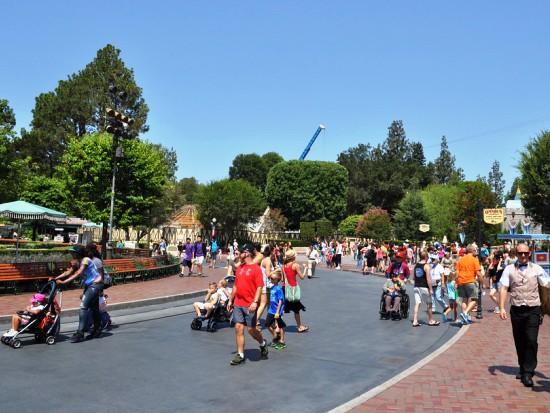 Fantasy Faire (links) ligt op 'heilige Disney-grond', naast het kasteel (rechts) (Foto: Conner Purzycki)