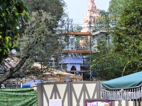 Half december 2012: Fantasy Faire - gelegen tussen het kasteel van Disneyland en Big Thunder Mountain - krijgt steeds meer gestalte (Foto: Conner Purzycki)