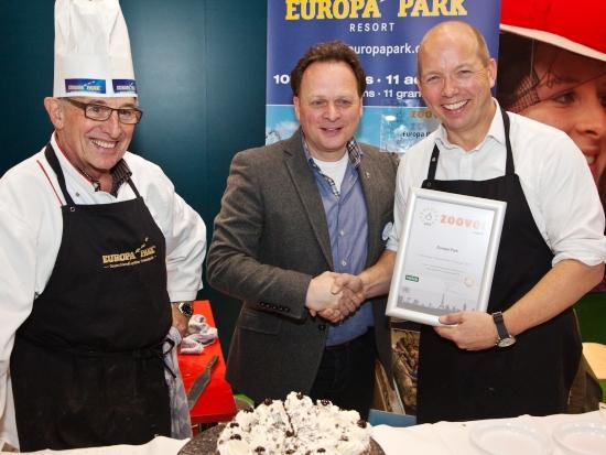 Stephan Bosman (rechts) overhandigt de Zoover-award aan Henk Groenen (midden) - Foto: Zoover