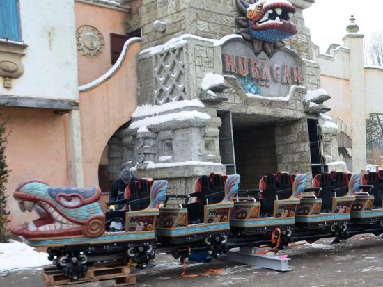 Eén van de twee treinen van achtbaan Huracan - Foto: Bellewaerde Park
