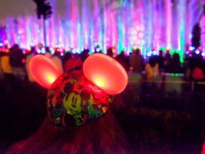 De lichtjes in de Mickey-oren dansen mee met de show - Foto: (c) Disney, Paul Auyeung