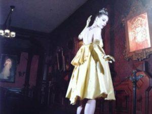 Belle in een creatie van Percy Irausquin - Foto: (c) Disney