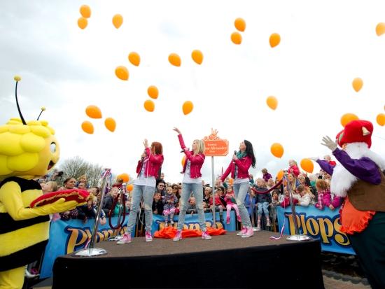 Duizend oranje ballonnen bij de feestelijke inhuldiging van het Willem-Alexanderplein in Plopsa Indoor Coevorden