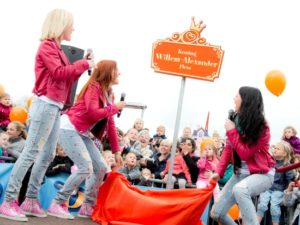 K3 onthult het nieuwe Koning Willem-Alexanderplein in Plopsa Indoor Coevorden