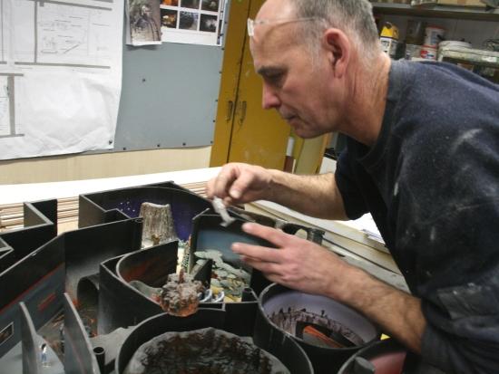 Gary Kruger toont de maquette van Vulcania - Foto: (c) Adri van Esch, Parkplanet
