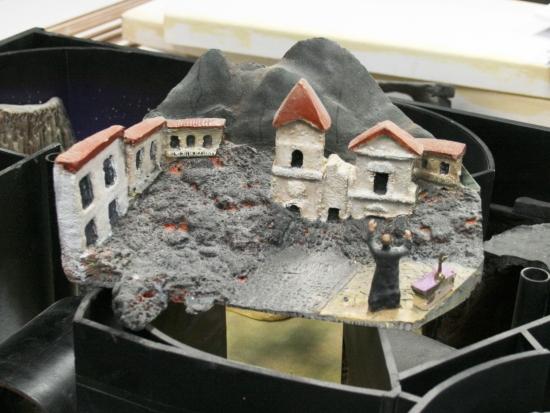 Maquette van de op uitbarsten staande Vesuvius - Foto: (c) Adri van Esch, Parkplanet