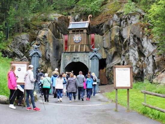 De eerste bezoekers betreden Thors Hammer in Tusenfryd