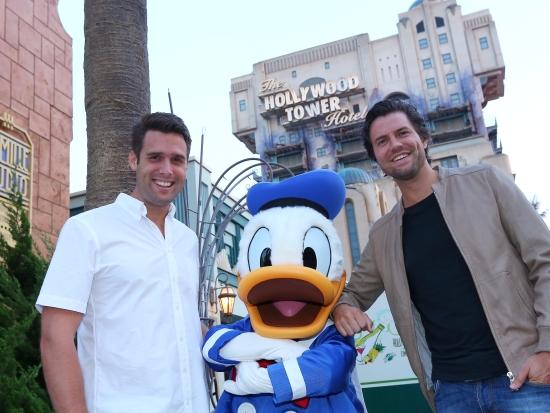 Nick & Simon samen met Donald Duck bij de Tower of Terror in de Walt Disney Studios - Foto: (c) Disney