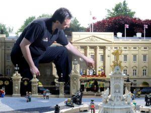 De koninklijke familie krijgt een plaatsje op het balkon van Buckingham Palace in Legoland Windsor