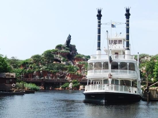De raderboot glijdt voor Splash Mountain langs, in Tokyo Disneyland - Foto: (c) Adri van Esch, Parkplanet