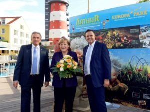 Angela Merkel met de parkeigenaren Jürgen en Roland Mack (rechts)