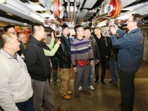 Medewerkers van Ocean Kingdom krijgen uitleg bij achtbaan Blue Fire van Europa-Park