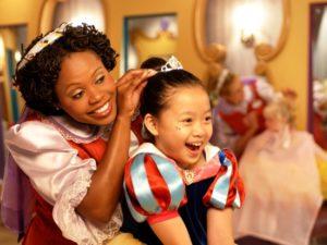 In de Bibbidi Bobbidi Boutique in Disneyland omgetoverd worden tot Sneeuwwitje - Foto: (c) Disney