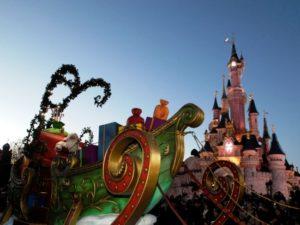 De kerstman in zijn slee in de parade van Disneyland Paris - Foto: (c) Disney