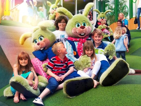 Kinderen met de groene konijnenfamilie van Liseberg