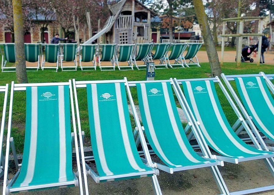 Strandstoelen bij de speeltuinen in Jardin d'Acclimatation – Foto: © Adri van Esch